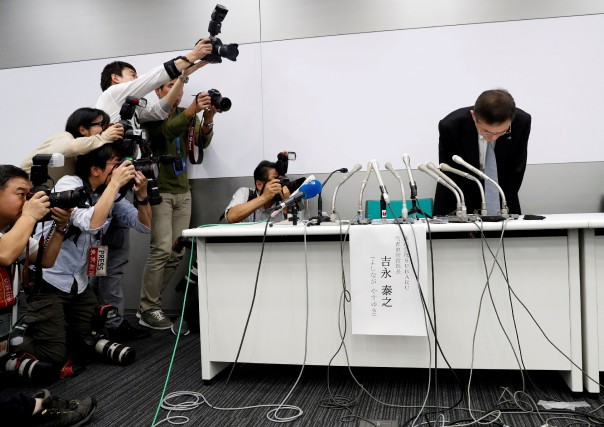 Le grand patron de Subaru Yasuyuki Yoshinaga, s'incline... (photo REUTERS)