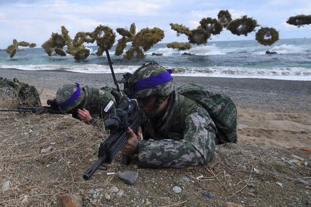 Les tensions redoublent toujours au moment des exercices... (PHOTO JUNG Yeon-Je, ARCHIVES AFP)