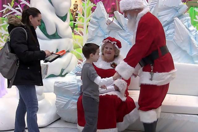 Le jeune Tyson Lehr rencontre le père Noël... (Photo La Presse Canadienne)