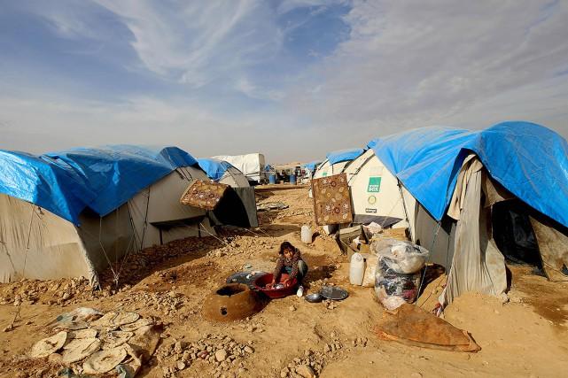 Sous une tente ou dans des immeubles délabrés,... (Delil souleiman, AFP)