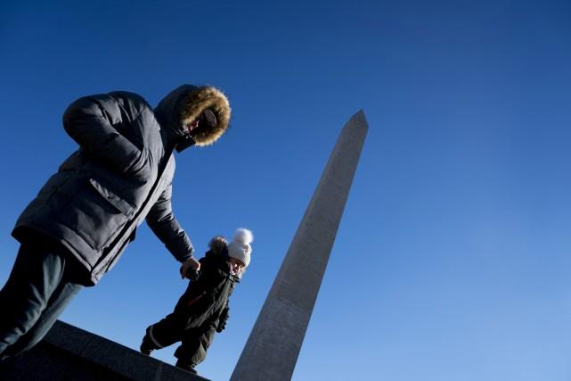 Des touristes chaudement vêtus visitent leWashington Monument, jeudi,... (PHOTO AP)