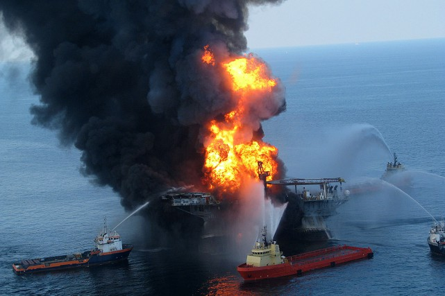 La plate-forme Deepwater Horizon, en feu, le 22... (US COAST GUARD, ARCHIVES AFP)