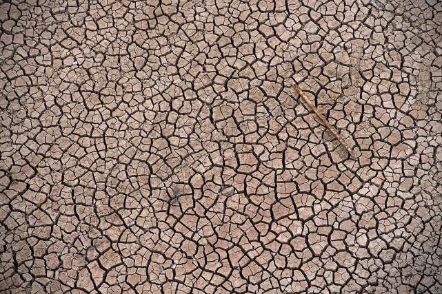 Un réservoir vide, en Espagne, victime de la... (PIERRE-PHILIPPE MARCOU, ARCHIVES AFP)