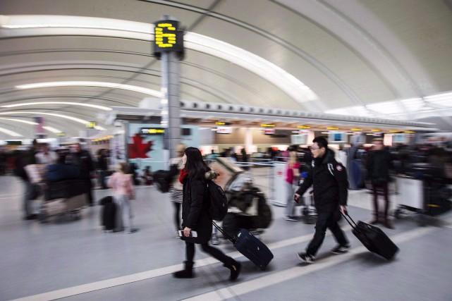 Des centaines de passagers, bloqués, tentaient sur les... (Photo archives La Presse Canadienne)