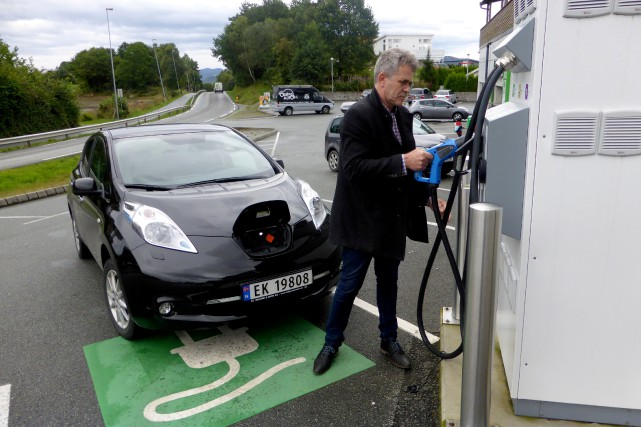 Une automobiliste s'apprête à recharger sa Nissan Leaf... (Photo : REUTERS)