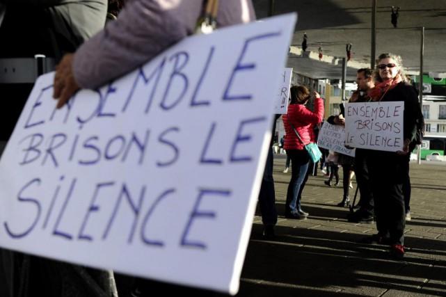 Une femme brandit une pancarte lors d'une manifestation... (PHOTO AFP)