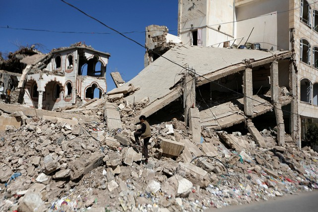 Un garçon marche dans les débris causés par... (Khaled Abdullah, archives REUTERS)