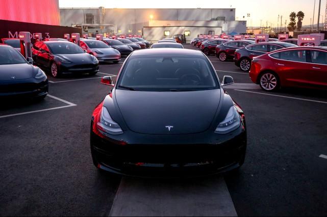 Des Modèle 3 à l'extérieur de l'usine Tesla... (photo REUTERS)