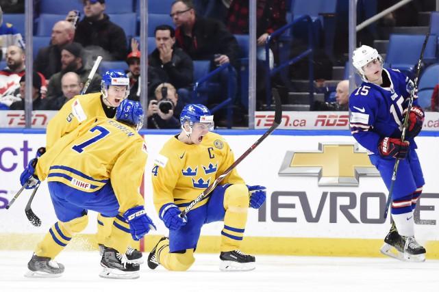 Lias Andersson (24) célèbre avec ses coéquipiers Timothy... (Photo Nathan Denette, PC)