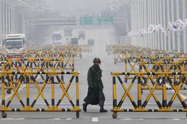 Un soldat marche sur le pont de l'unification... (PHOTO AP)