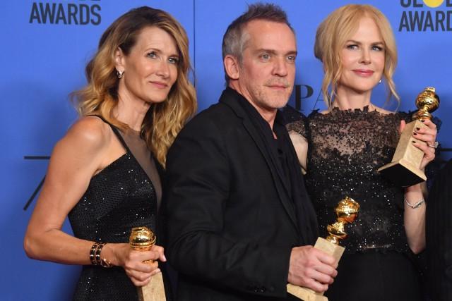 Jean-Marc Vallée pose avec deux actrices primées qu'il... (PHOTO AFP)