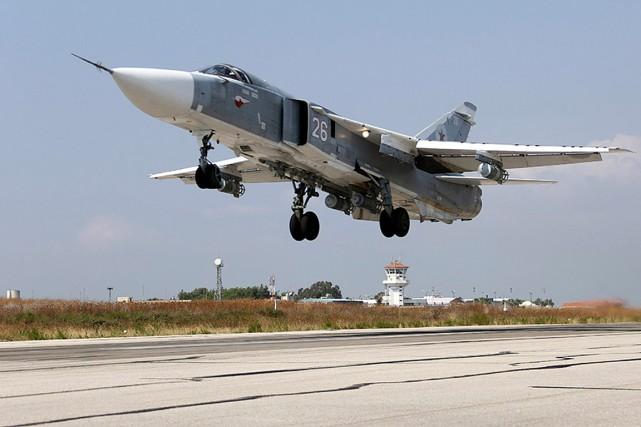 Un jet russeSU-24M décolle de la base militaire... (PHOTO ARCHIVES AP/FOURNIE PAR LE MINISTÈRE RUSSE DE LA DÉFENS)
