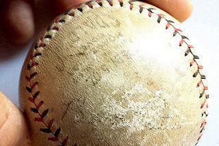 Cette balle de baseball autographiée par Babe Ruth... (PHOTO FOURNIE PAR LE SPVM)