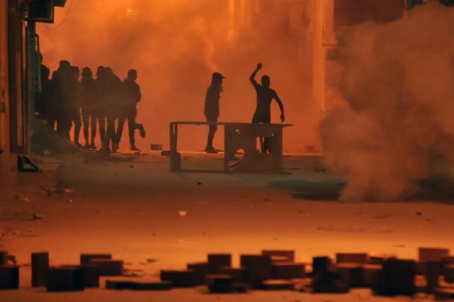 Des émeutes se sont propagées dans le pays... (PHOTO AFP)