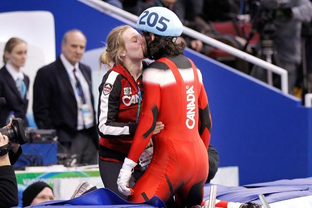L'embrassade victorieuse entre Charles Hamelin et Marianne St-Gelais... (Photo Paul Chiasson, archives PC)