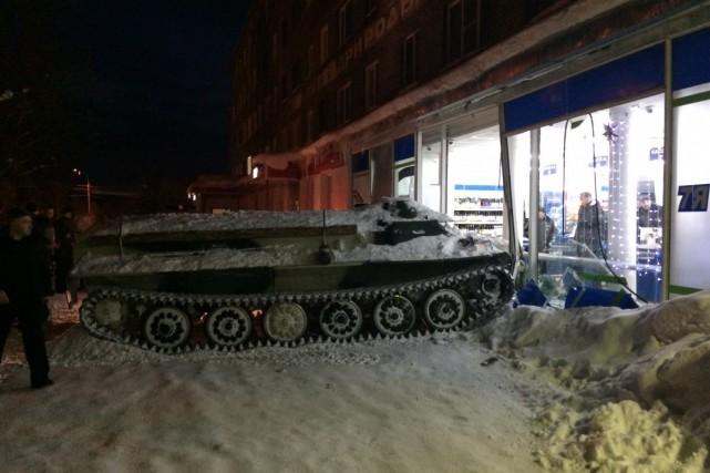 Des photos montrent le véhicule blindé couvert de... (Photo tirée du site site Hibiny.ru)