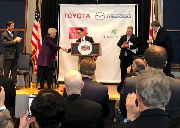 Le pdg de Toyota, Akio Toyoda, serre la... (photo REUTERS)