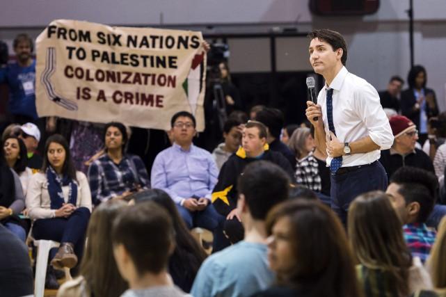 Justin Trudeau écoute une question d'un citoyen lors... (PHOTO PC)