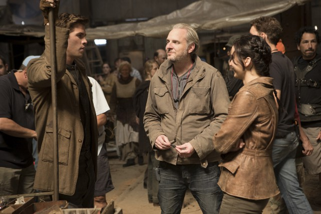 Le réalisateur Francis Lawrence entouré des acteurs Liam... (FILMS SÉVILLE)