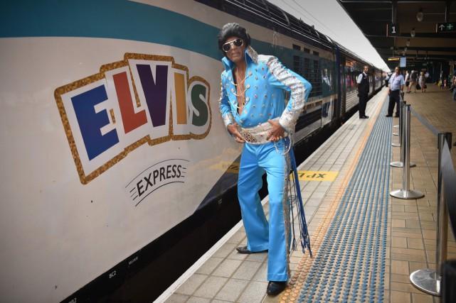 Un fan d'Elvis avant le départ du Blue... (Photo AFP)