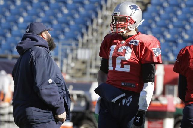 Le coordonnateur défensif des Patriots Matt Patricia discute... (Photo Steven Senne, AP)