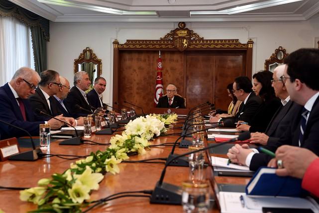 Le président tunisien Béji Caïd Essebs (au centre)... (PHOTO FETHI BELAID, AGENCE FRANCE-PRESSE)