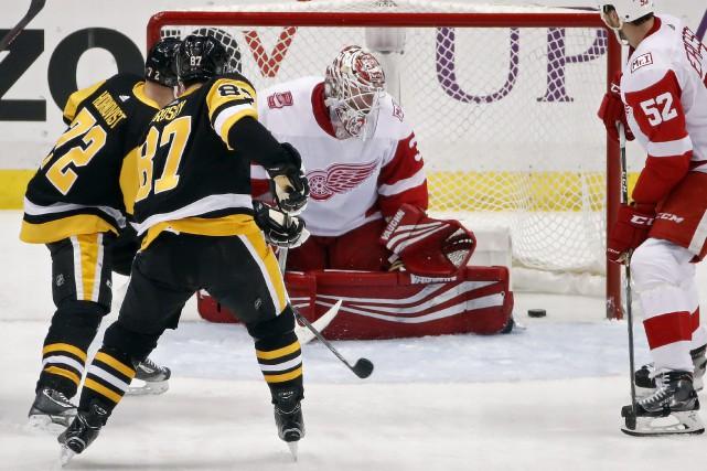 Sidney Crosby trompe le gardien adverse.... (AP)