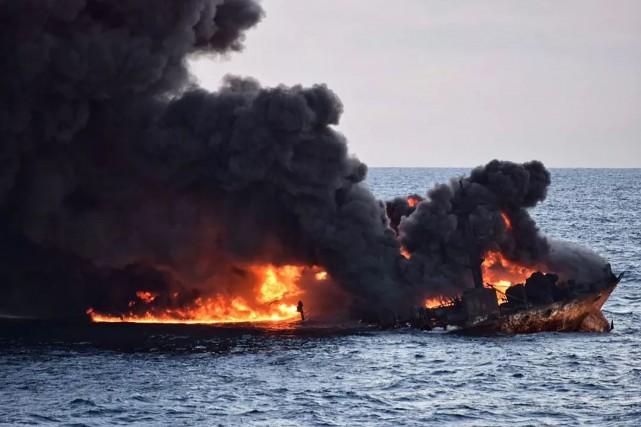 Le pétrolier comptait à son bord 32membres d'équipage... (Photo Agence France-Presse)