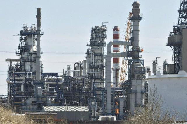 Les secteurs du raffinage et de la distribution... (PHOTO ARCHIVES LA PRESSE CANADIENNE)