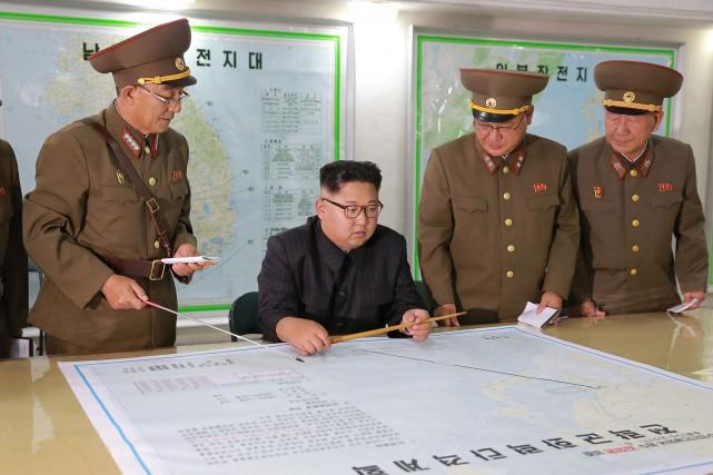 Kim Jong-Un s'entretient avec des haut-gradés de son... (PHOTO ARCHIVES AGENCE KCNA/AFP)