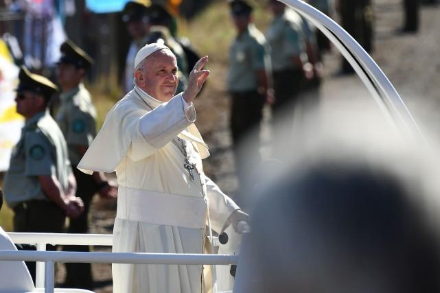 Le pape a son arrivée à l'aérodrome chilien... (PHOTO Vincenzo PINTO, AFP)