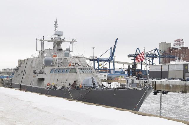 La glace immobilise un navire de guerre américain à Montréal