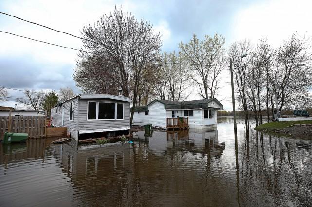 Ces deux résidences de l'île Bizard ont été... (PHOTO ROBERT SKINNER,)