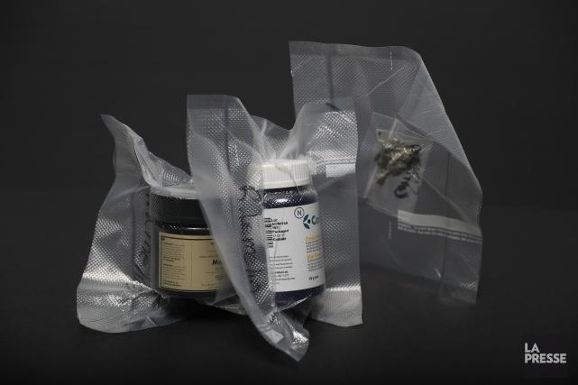 Un sachet de cannabis acheté à un revendeur... (PHOTO MARTIN CHAMBERLAND, LA PRESSE)