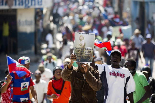 Drapeaux fièrement en main et pancartes aux dessins... (PHOTO AP)