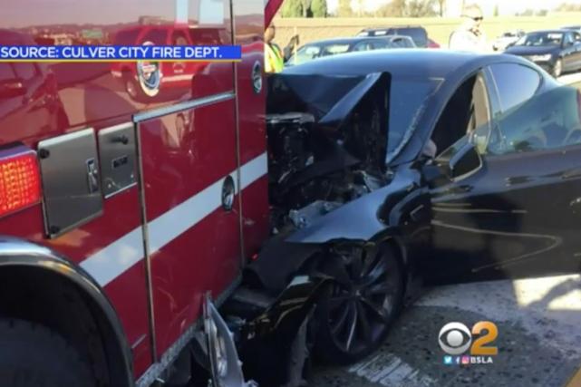 Le système de conduite assistée de Tesla s'est retrouvé au centre d'un accident... (Photo : Service des incendies de Culver City, via CBS-LA)