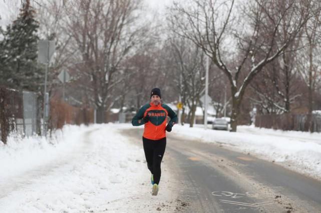 La neige et le froid n'empêchent pas Éric... (PHOTO Martin Chamberland, LA PRESSE)