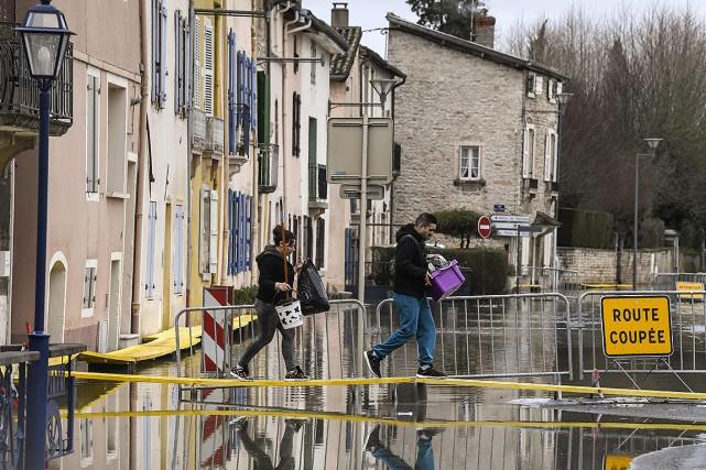 La Seine a atteint lundi à Paris son... (PHILIPPE DESMAZES, AFP)