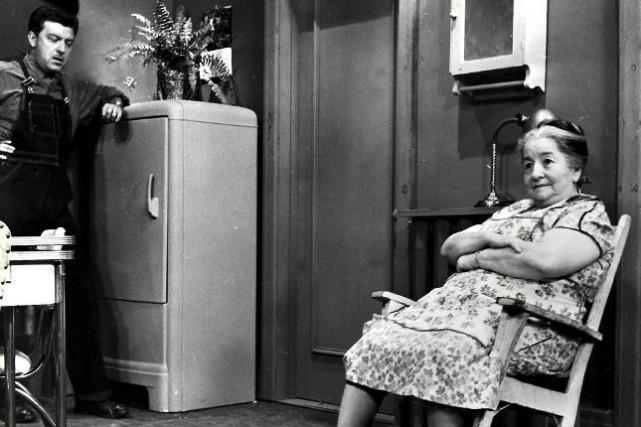 Maman Plouffe (Amanda Alarie) dansLa famille Plouffe... (photo fournie par radio-canada)