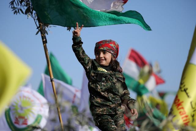 Une jeune fille kurde fait un signe de... (REUTERS)