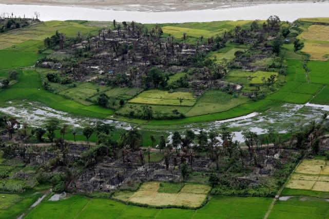 Une vue aérienne d'un village rohingya incendié dans... (REUTERS)