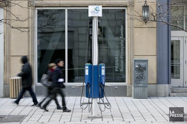 Une borne de recharge électriques sur la rue... (Photo David Boily, La Presse)