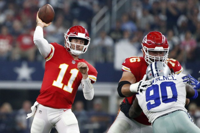 Laurent Duvernay-Tardif bloque un joueur des Cowboys pendant... (PHOTO AP)