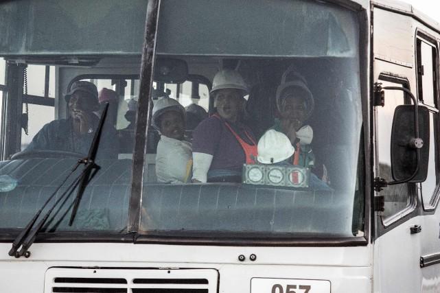 Un autobus transportant une partie des mineurs secourus.... (PHOTO GIANLUIGI GUERCIA, AFP)