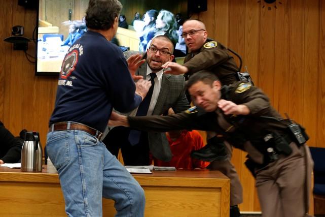 L'homme s'est précipité en hurlant vers l'accusé après... (PHOTO REBECCA COOK, REUTERS)