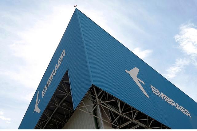 Le logo d'Embraer apparaît sur une usine de... (PHOTO LEONARDO BENASSATTO, ARCHIVES REUTERS)
