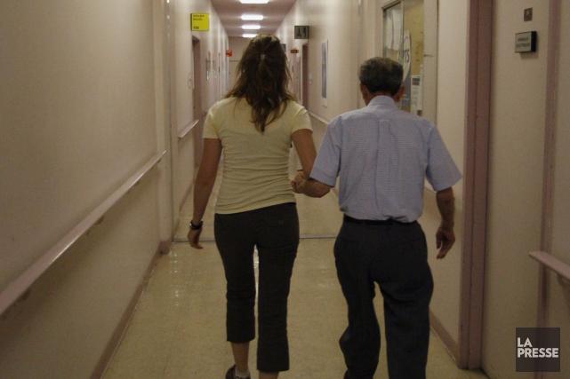 Une préposée aux bénéficiaires avec un patient.... (Photo archives La Presse)
