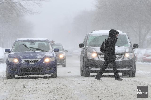Selon Environnement Canada, cinq centimètres de neige sont... (ROBERT SKINNER, LA PRESSE)