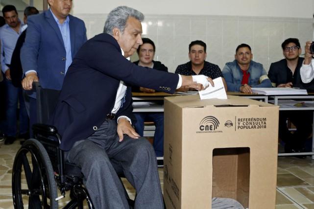 Le président Lenin Moreno exprime son vote.... (AFP)