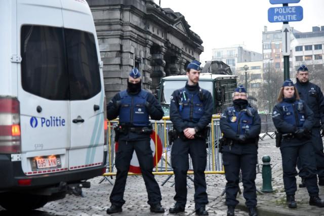 Des policiers montent la garde devant le Palais... (PHOTO AFP)